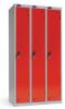 Omklædningsskabe med 1 låge. Omklædningsskabe dimension: bredde = 305mm, dybde = 460mm, højde = 1780mm. 3 sammenbyggede omklædningsskabe . Total bredde =  915 mm